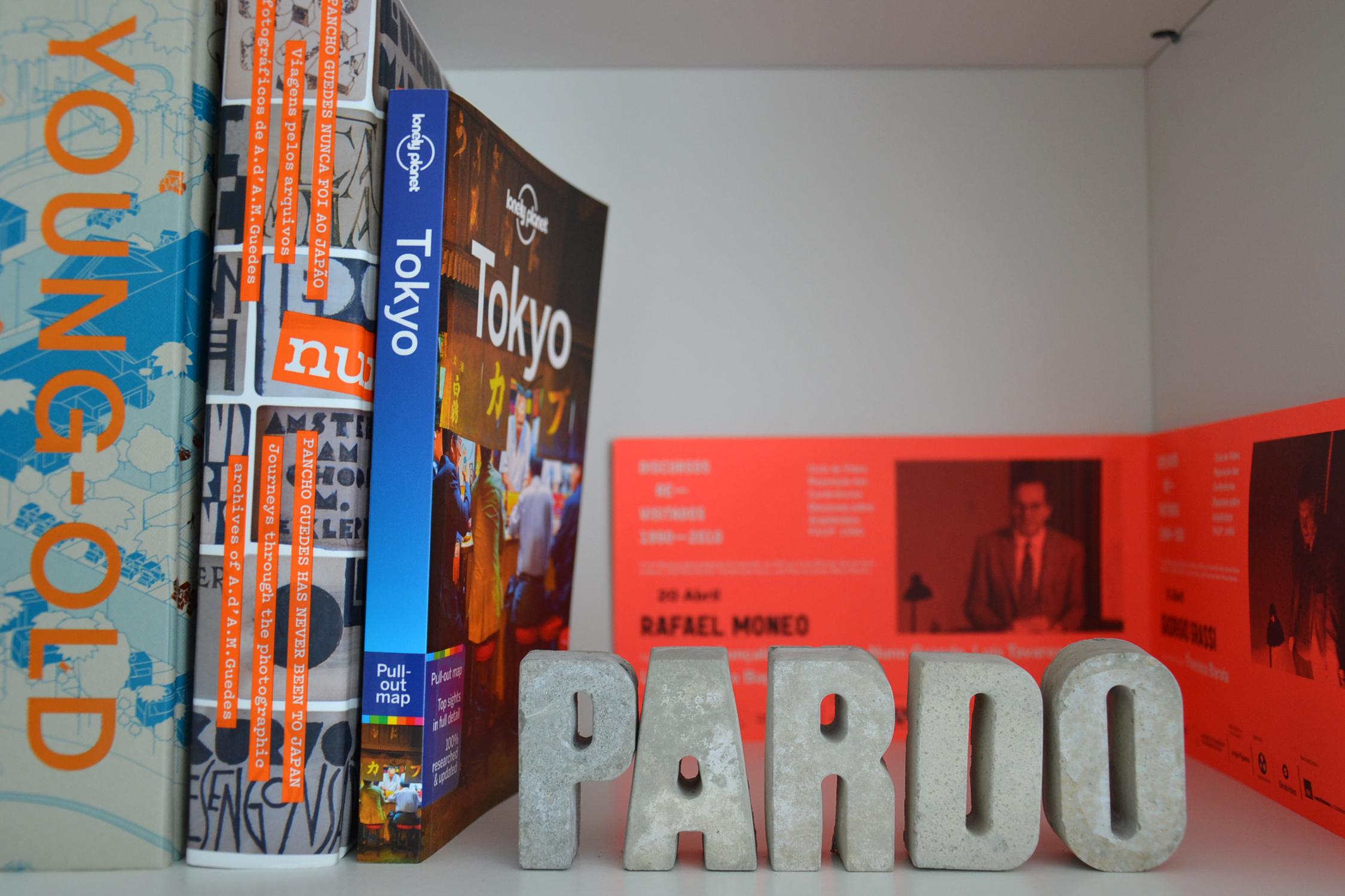 Pardo-bookshelf